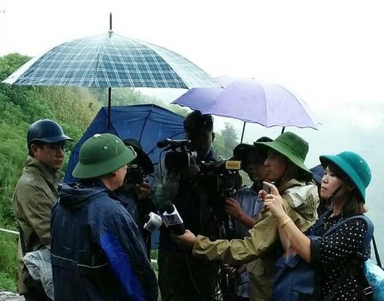 Phóng viên Đài PT-TH Lai Châu và các cơ quan báo chí Trung ương, địa phương tác nghiệp tại vùng lũ Vàng Ma Chải