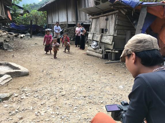 Phóng viên Đài PT-TH Lai Châu tác nghiệp tại vùng đồng bào dân tộc Mảng