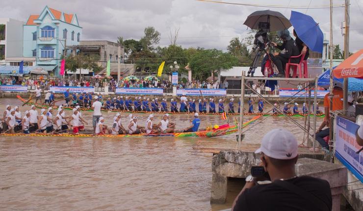 Tác nghiệp giải đua ghe Ngo chào mừng Lễ hội Ok Om Bok