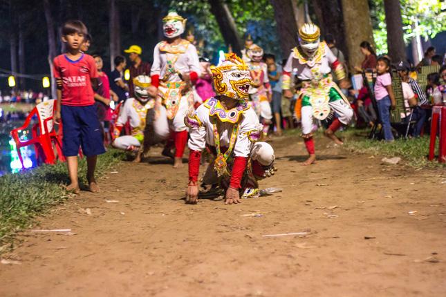 Hóa thân Hanuman múa diễu hành trong Lễ hội Ok-Om-Bok năm 2020