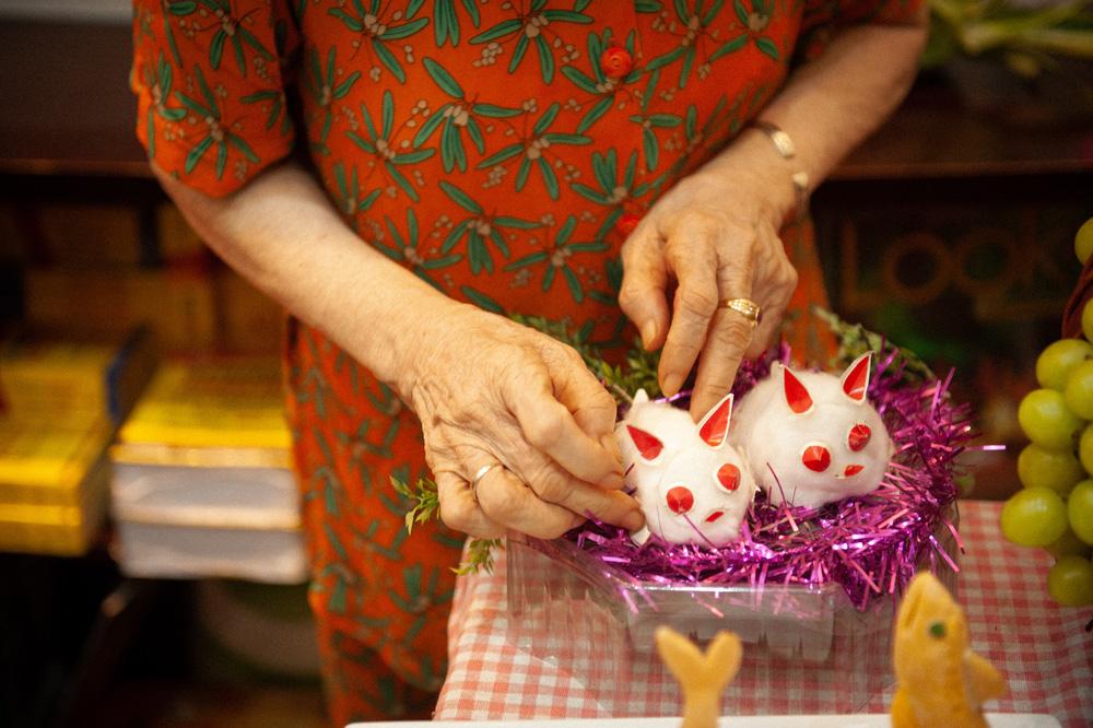 Cụ bà gìn giữ truyền thống mâm cỗ Trung thu - Ảnh 5.