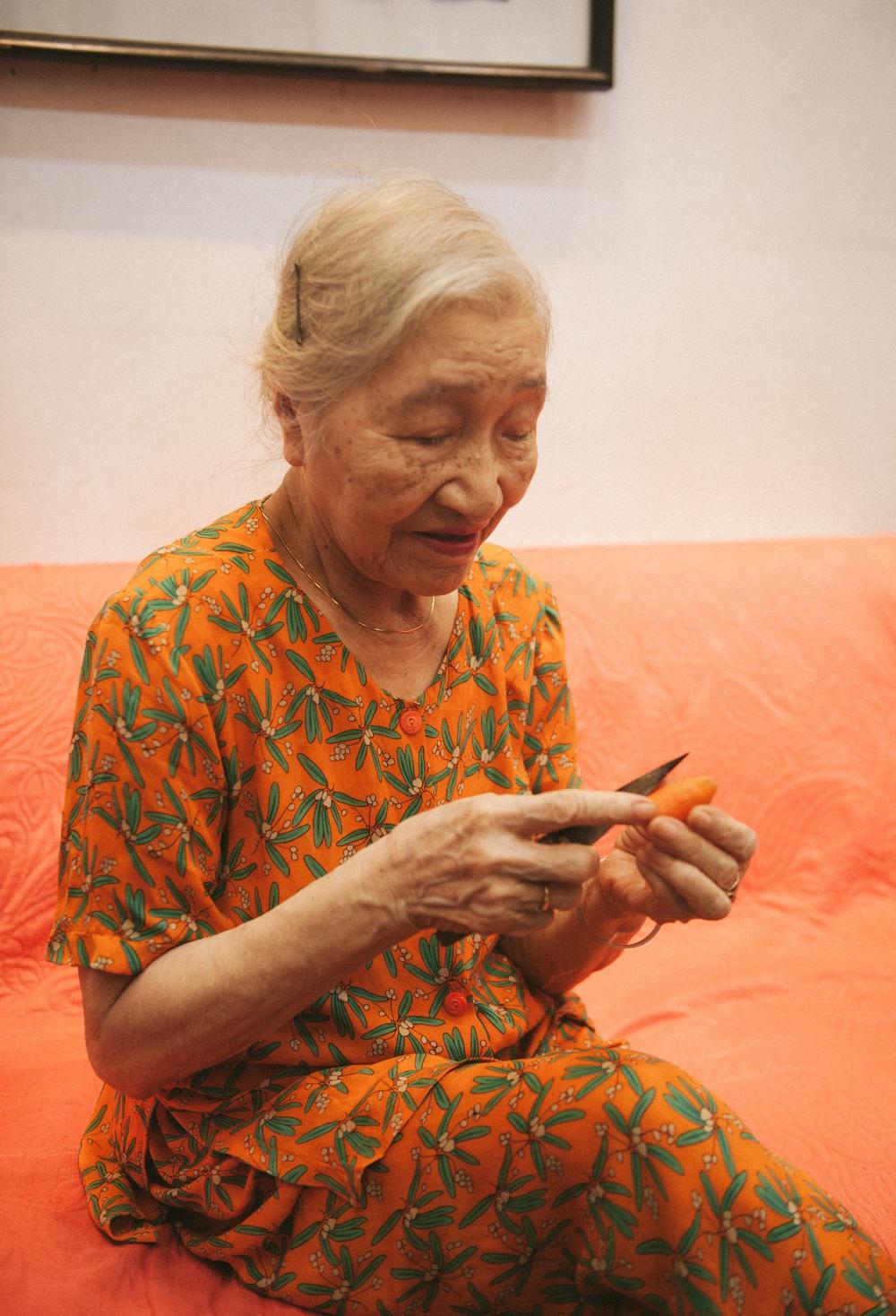 Cụ bà gìn giữ truyền thống mâm cỗ Trung thu - Ảnh 2.