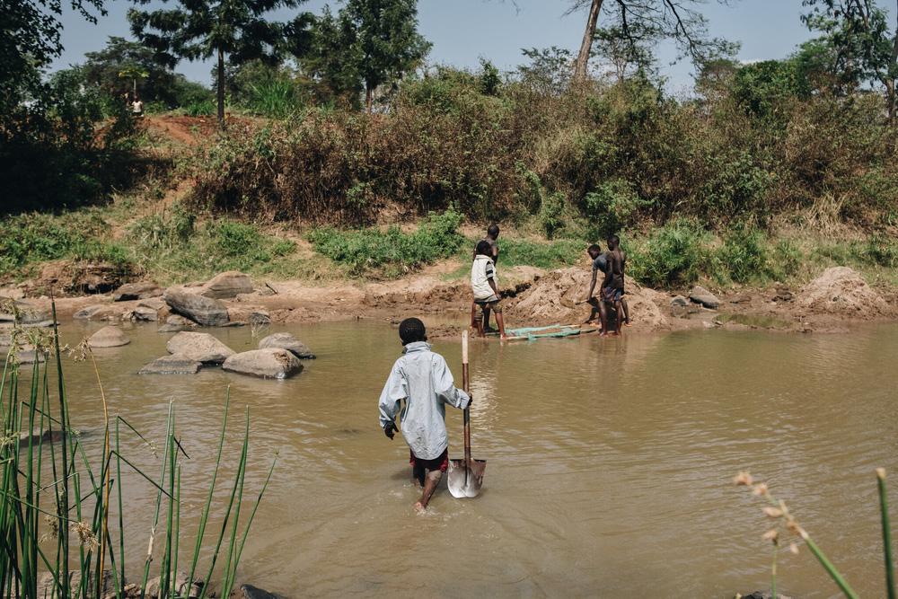 Nghỉ học thì… đi làm: Tình cảnh của trẻ em nhiều nước trong đại dịch - Ảnh 2.