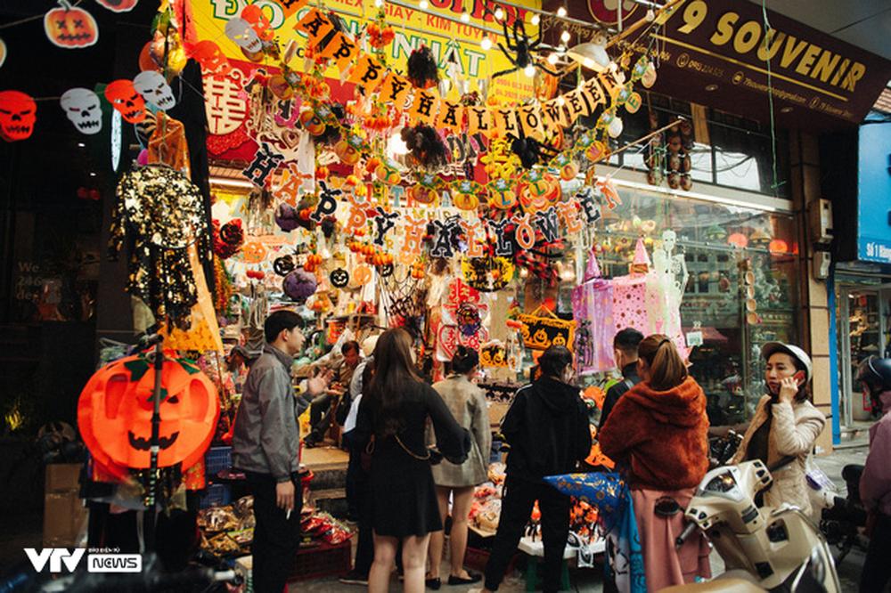 Ma quỷ tràn ngập phố Hàng Mã dịp Halloween - Ảnh 1.