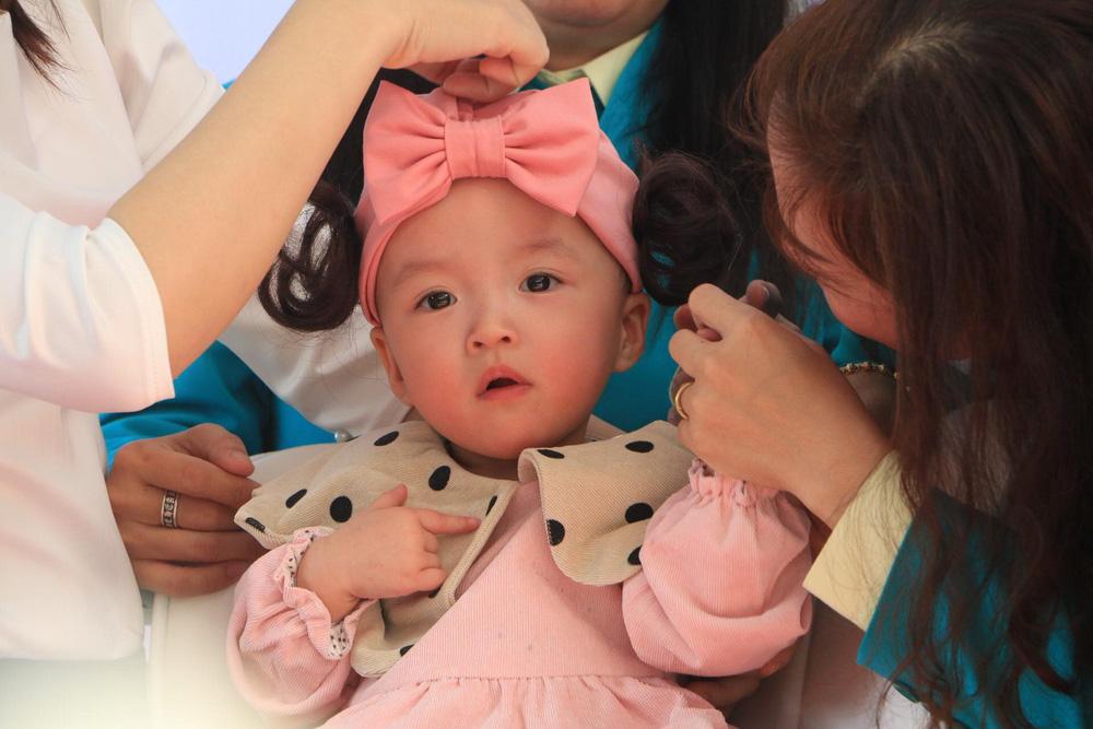 [Ảnh] Chị em Song Nhi xinh như công chúa ngày xuất viện - Ảnh 3.
