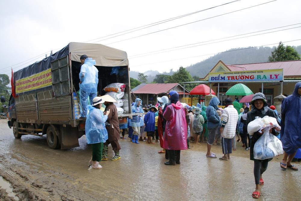 Đội mưa mang quà cứu trợ đồng bào miền Trung - Ảnh 2.