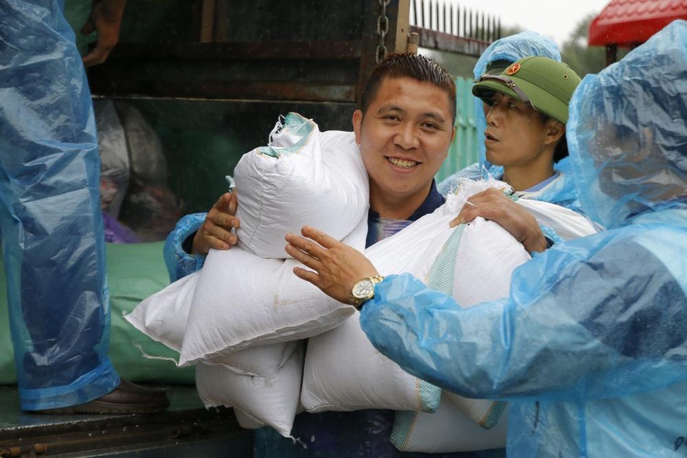 Đội mưa mang quà cứu trợ đồng bào miền Trung - Ảnh 8.
