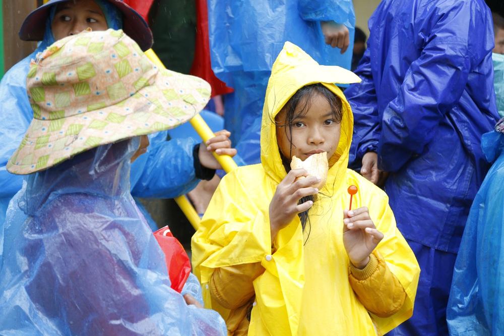 Đội mưa mang quà cứu trợ đồng bào miền Trung - Ảnh 5.