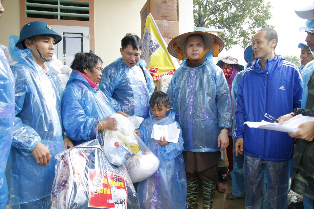 Đội mưa mang quà cứu trợ đồng bào miền Trung - Ảnh 3.