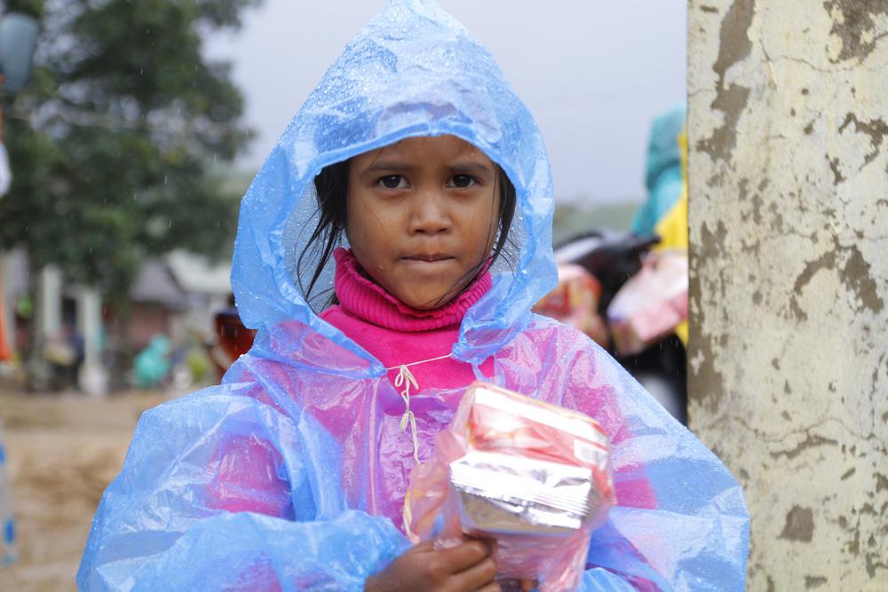 Đội mưa mang quà cứu trợ đồng bào miền Trung - Ảnh 6.