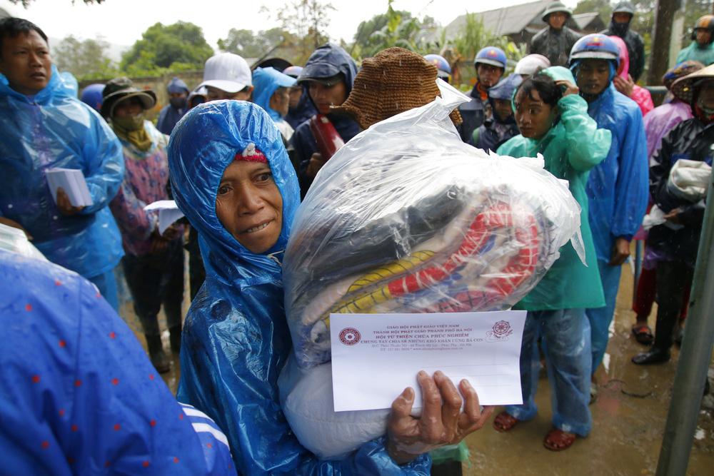 Đội mưa mang quà cứu trợ đồng bào miền Trung - Ảnh 10.