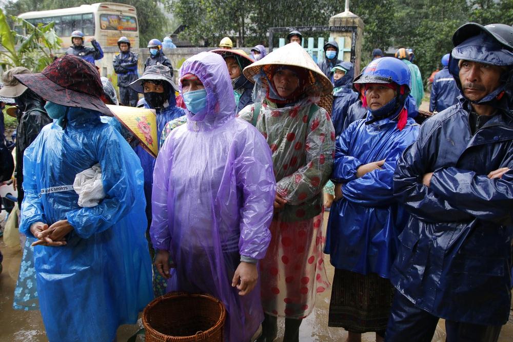 Đội mưa mang quà cứu trợ đồng bào miền Trung - Ảnh 11.