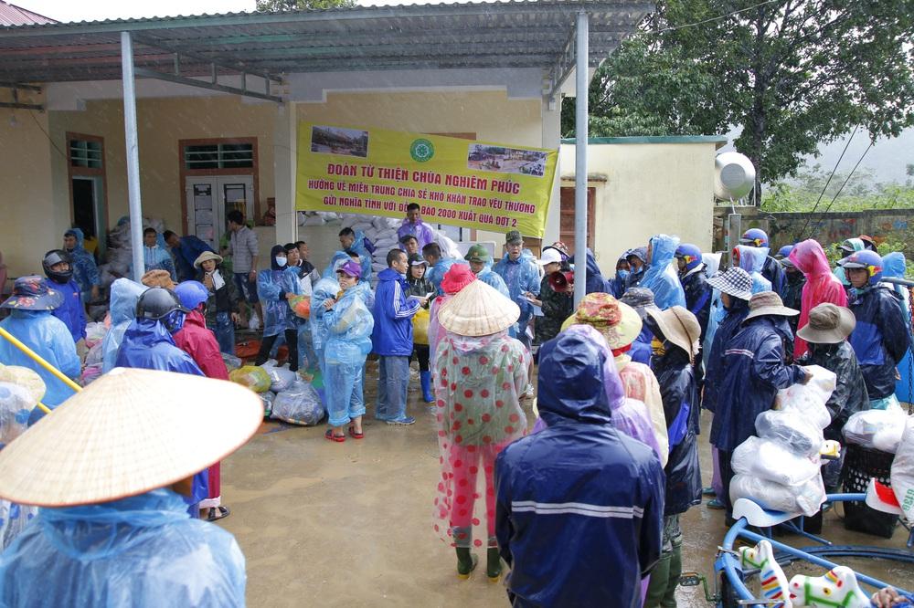 Đội mưa mang quà cứu trợ đồng bào miền Trung - Ảnh 4.