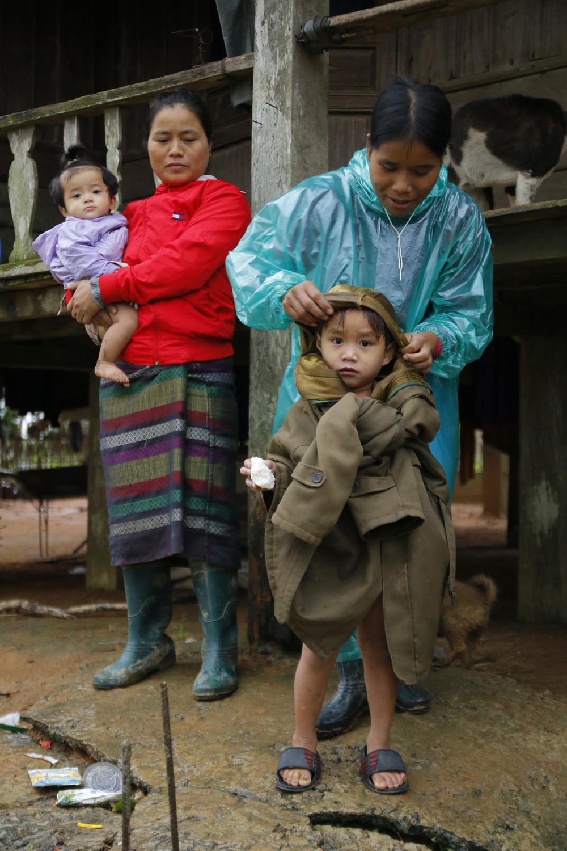 Đội mưa mang quà cứu trợ đồng bào miền Trung - Ảnh 14.