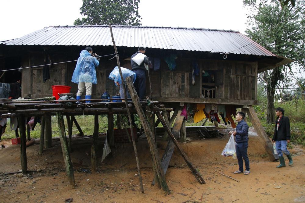 Đội mưa mang quà cứu trợ đồng bào miền Trung - Ảnh 12.