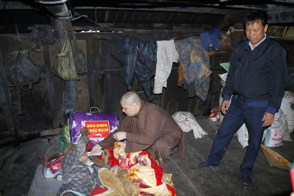 Đội mưa mang quà cứu trợ đồng bào miền Trung - Ảnh 13.