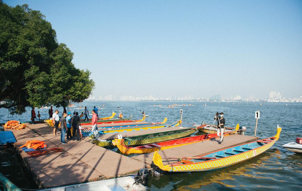 Hơn 500 vận động viên sôi nổi so tài tại Lễ hội Bơi chải Thuyền rồng Hà Nội 2020 - Ảnh 2.