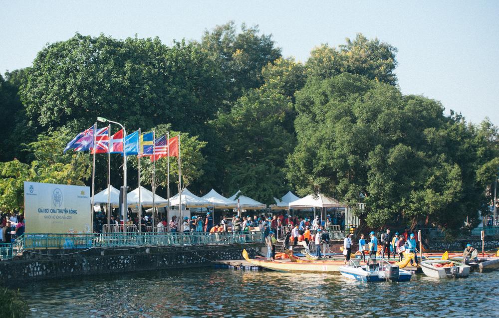 Hơn 500 vận động viên sôi nổi so tài tại Lễ hội Bơi chải Thuyền rồng Hà Nội 2020 - Ảnh 4.