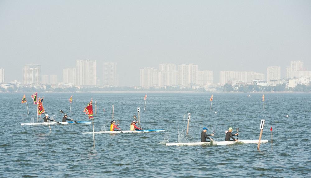 Hơn 500 vận động viên sôi nổi so tài tại Lễ hội Bơi chải Thuyền rồng Hà Nội 2020 - Ảnh 5.