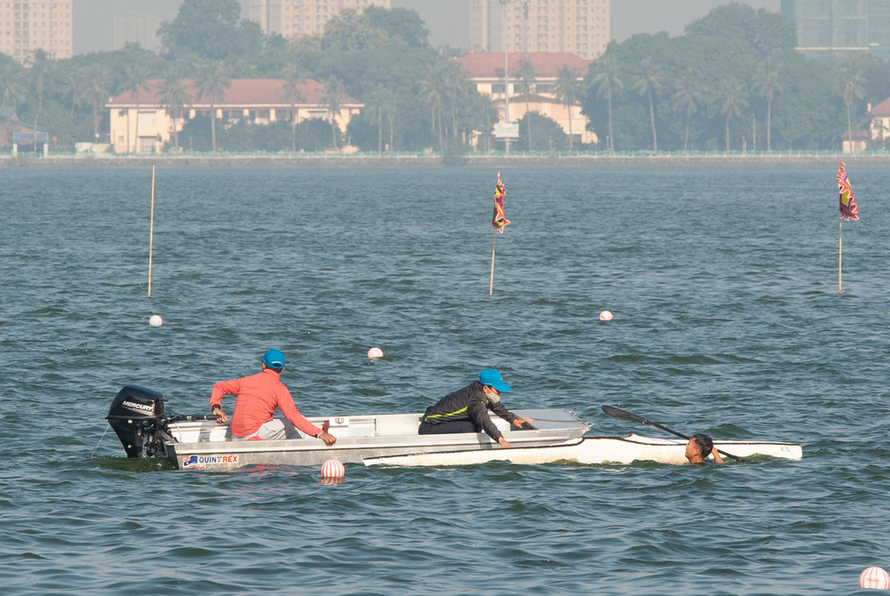 Hơn 500 vận động viên sôi nổi so tài tại Lễ hội Bơi chải Thuyền rồng Hà Nội 2020 - Ảnh 6.
