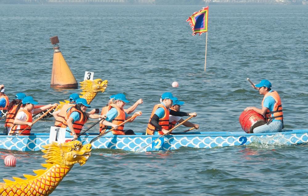 Hơn 500 vận động viên sôi nổi so tài tại Lễ hội Bơi chải Thuyền rồng Hà Nội 2020 - Ảnh 9.