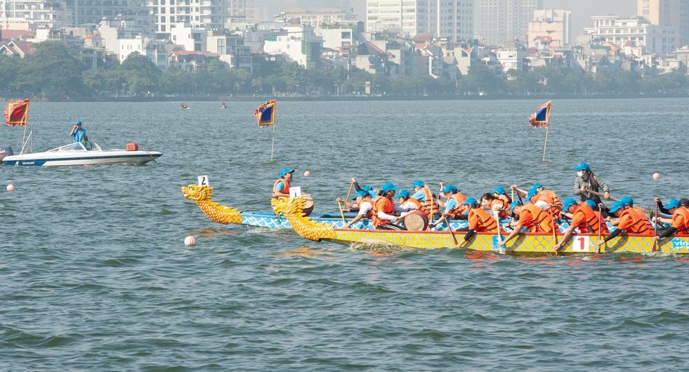 Hơn 500 vận động viên sôi nổi so tài tại Lễ hội Bơi chải Thuyền rồng Hà Nội 2020 - Ảnh 10.