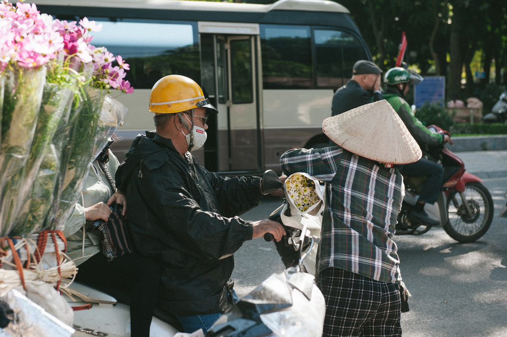 Cúc họa mi ngập tràn phố phường Hà Nội, giá tăng vì khan hàng - Ảnh 7.