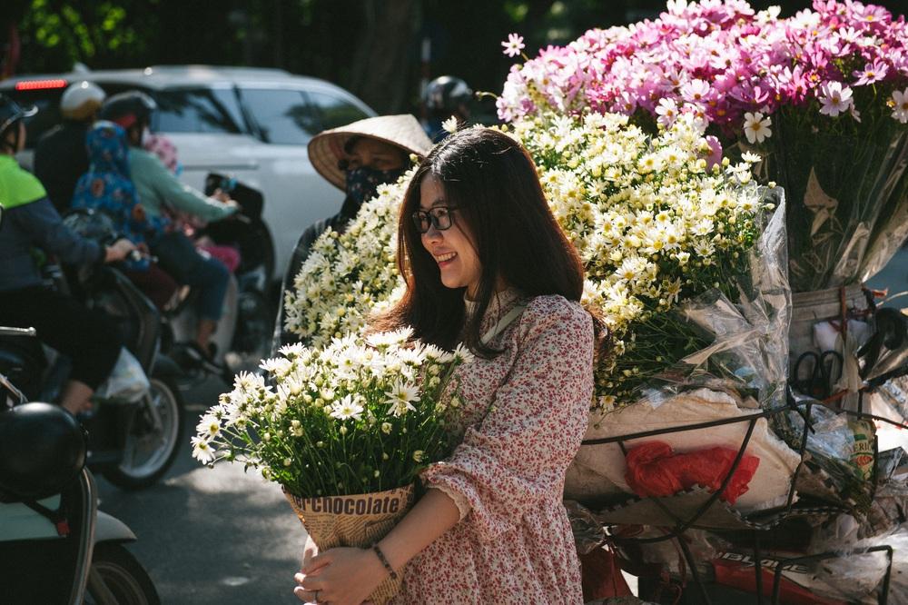 Cúc họa mi ngập tràn phố phường Hà Nội, giá tăng vì khan hàng - Ảnh 4.