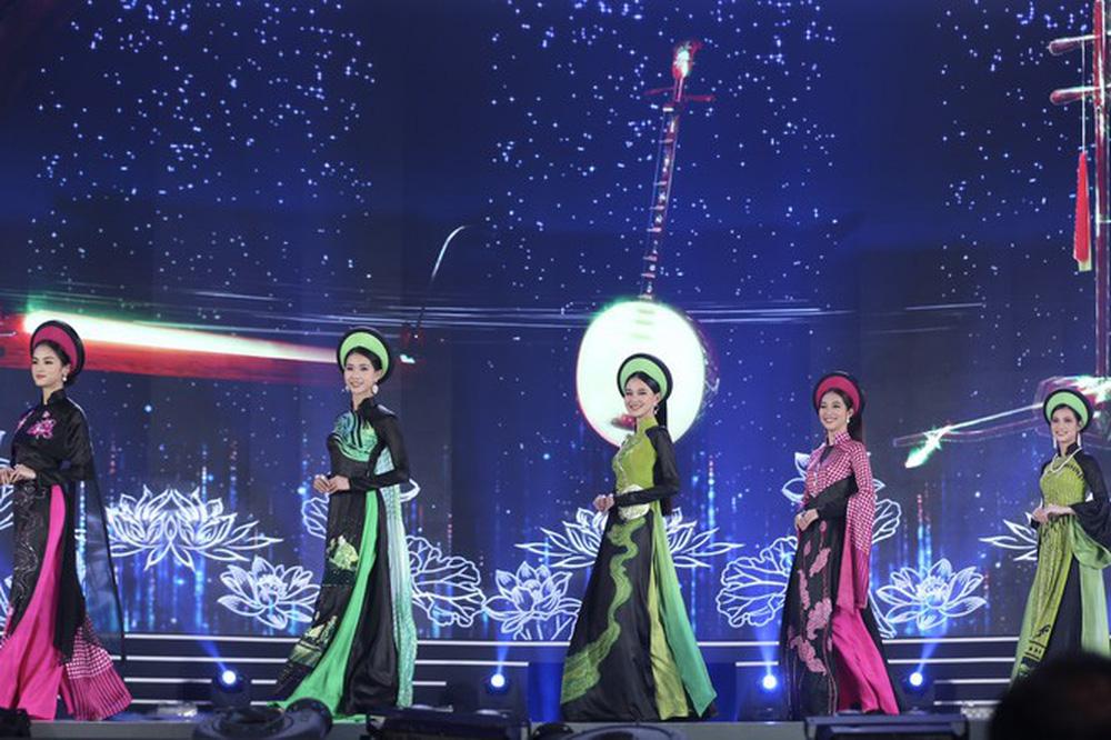 5 Hoa hậu của thập kỷ hương sắc hội tụ trong phần thi Áo dài Chung kết Hoa hậu Việt Nam 2020 - Ảnh 7.