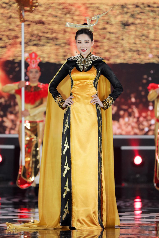 5 Hoa hậu của thập kỷ hương sắc hội tụ trong phần thi Áo dài Chung kết Hoa hậu Việt Nam 2020 - Ảnh 4.