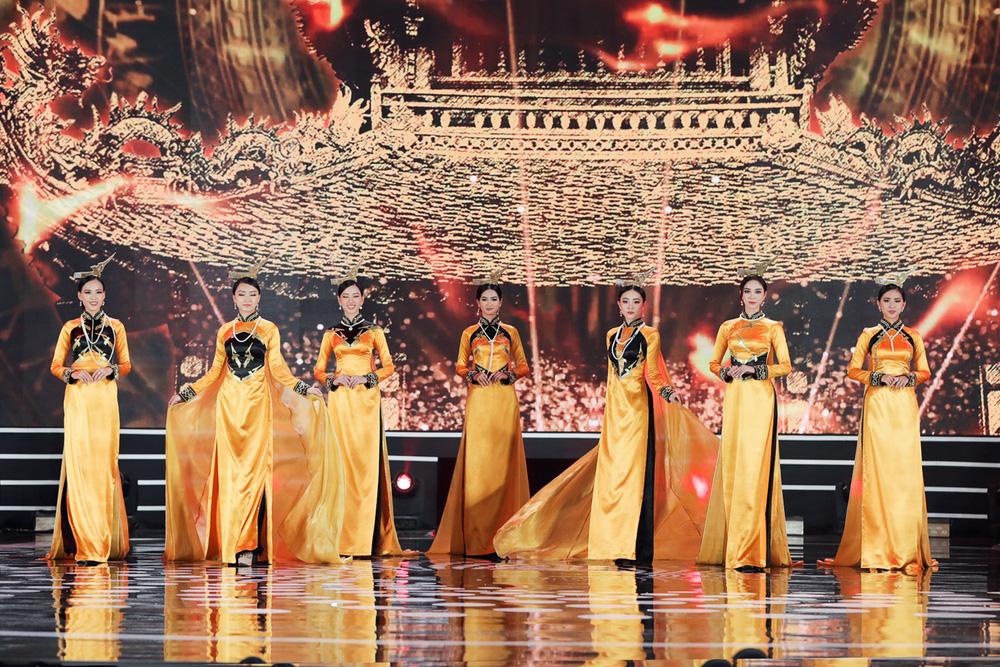 5 Hoa hậu của thập kỷ hương sắc hội tụ trong phần thi Áo dài Chung kết Hoa hậu Việt Nam 2020 - Ảnh 5.