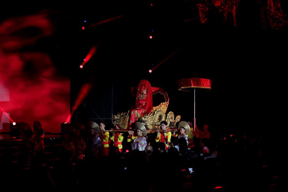 5 Hoa hậu của thập kỷ hương sắc hội tụ trong phần thi Áo dài Chung kết Hoa hậu Việt Nam 2020 - Ảnh 8.