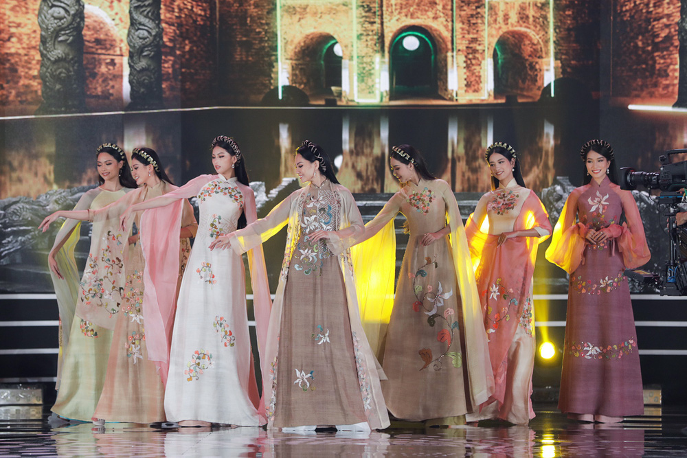 5 Hoa hậu của thập kỷ hương sắc hội tụ trong phần thi Áo dài Chung kết Hoa hậu Việt Nam 2020 - Ảnh 2.