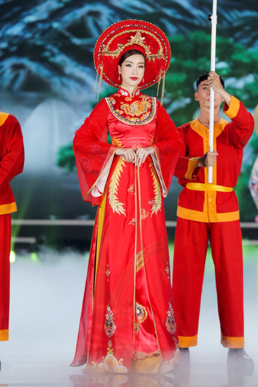 5 Hoa hậu của thập kỷ hương sắc hội tụ trong phần thi Áo dài Chung kết Hoa hậu Việt Nam 2020 - Ảnh 9.