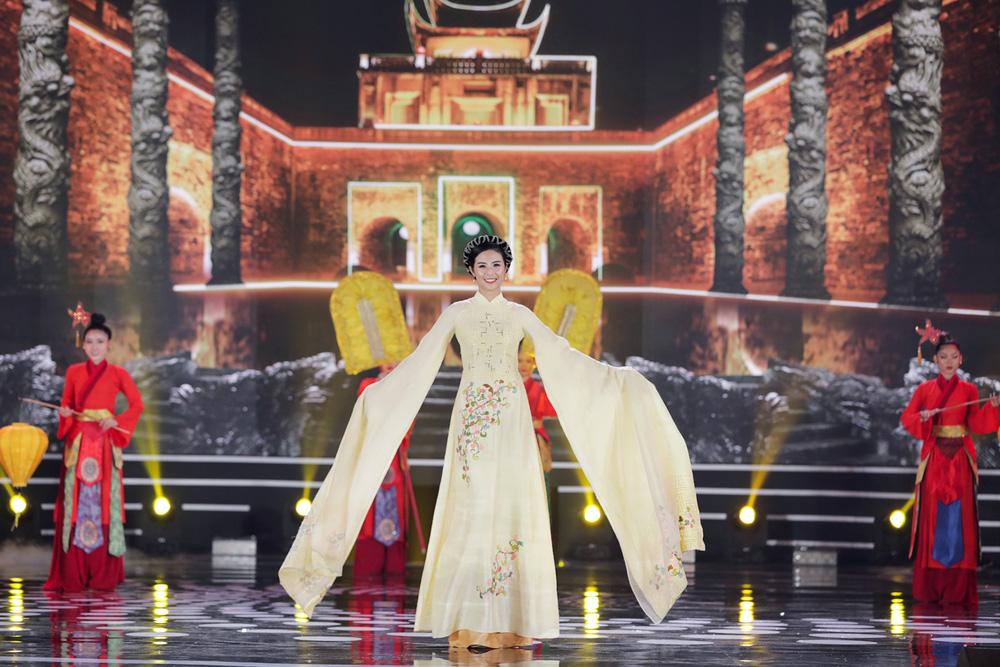 5 Hoa hậu của thập kỷ hương sắc hội tụ trong phần thi Áo dài Chung kết Hoa hậu Việt Nam 2020 - Ảnh 1.