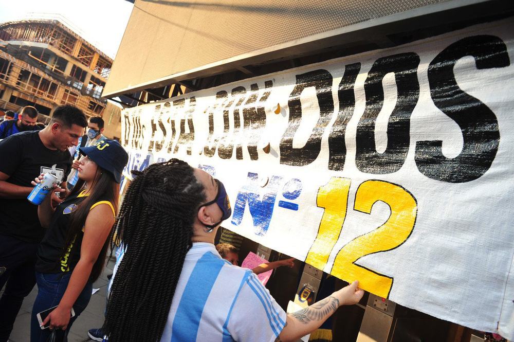 Khắp nơi trên thế giới tưởng niệm Diego Maradona - Ảnh 7.