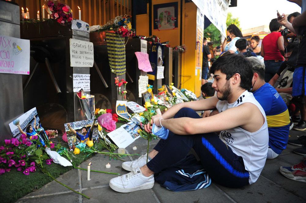 Khắp nơi trên thế giới tưởng niệm Diego Maradona - Ảnh 1.
