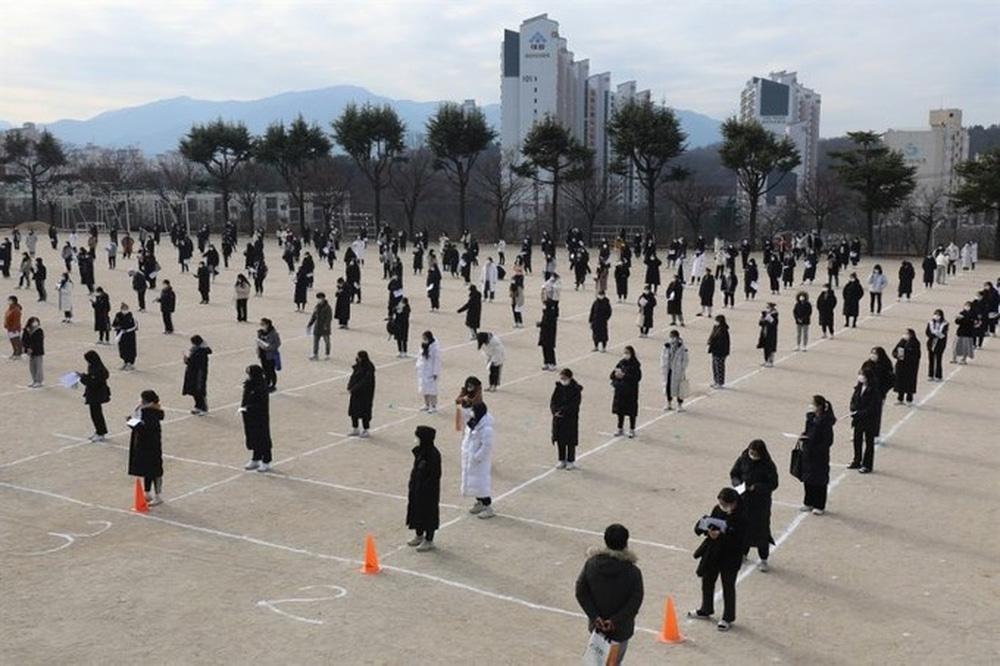 Kỳ thi Đại học rất khác lạ vì COVID-19 tại Hàn Quốc - Ảnh 2.
