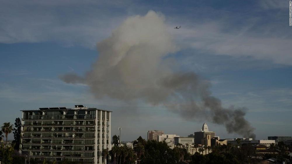 Cận cảnh vụ nổ lớn tại Los Angeles khiến 11 lính cứu hỏa bị thương - Ảnh 1.