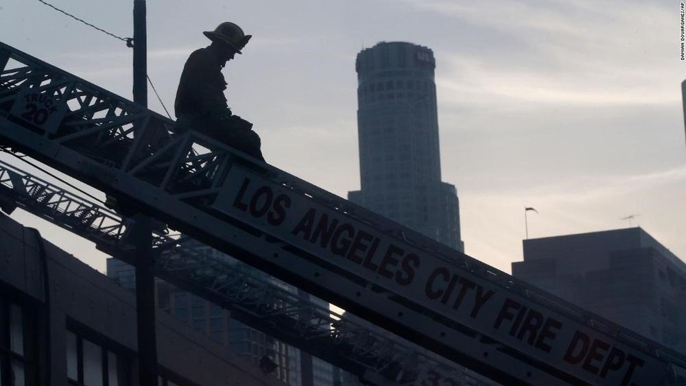 Cận cảnh vụ nổ lớn tại Los Angeles khiến 11 lính cứu hỏa bị thương - Ảnh 4.