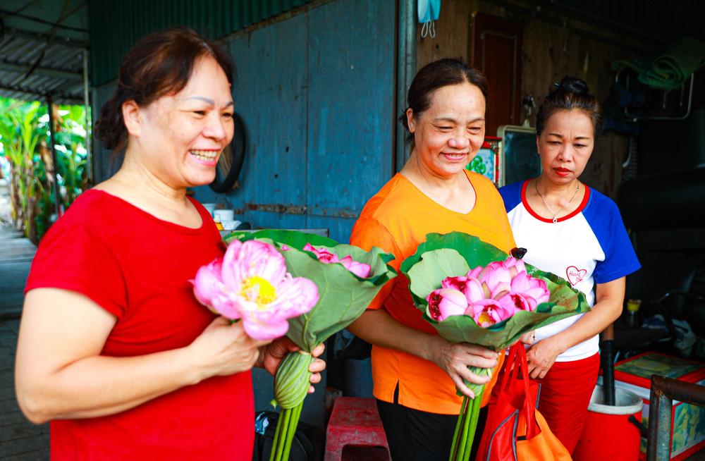 Sen Hồ Tây vào mùa, rực rỡ khoe sắc khắp phố phường Hà Nội  - Ảnh 14.
