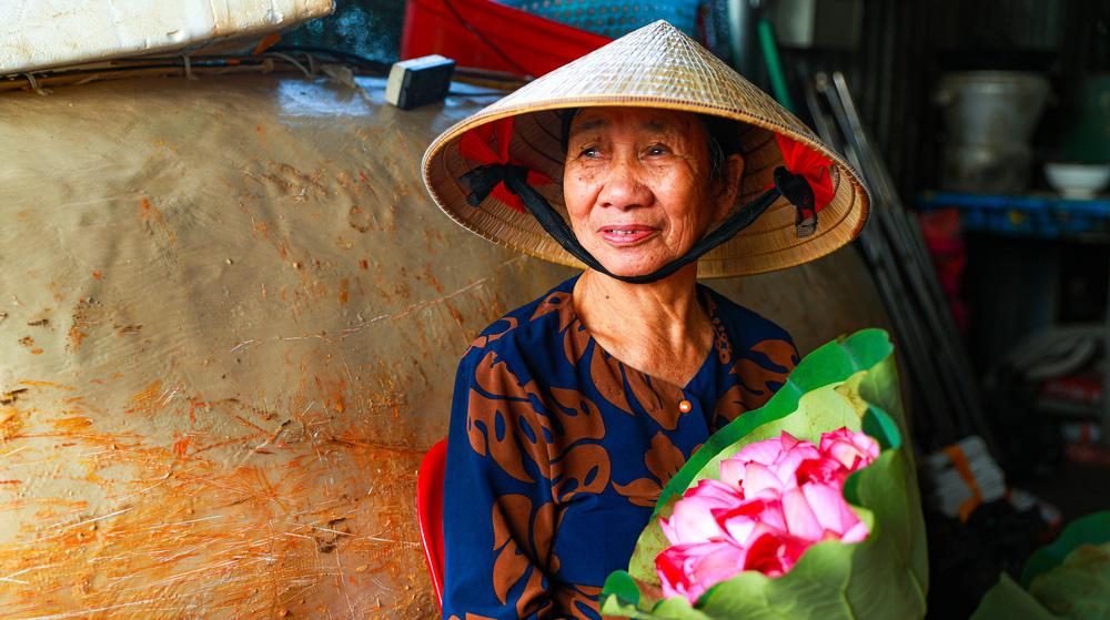 Sen Hồ Tây vào mùa, rực rỡ khoe sắc khắp phố phường Hà Nội  - Ảnh 16.