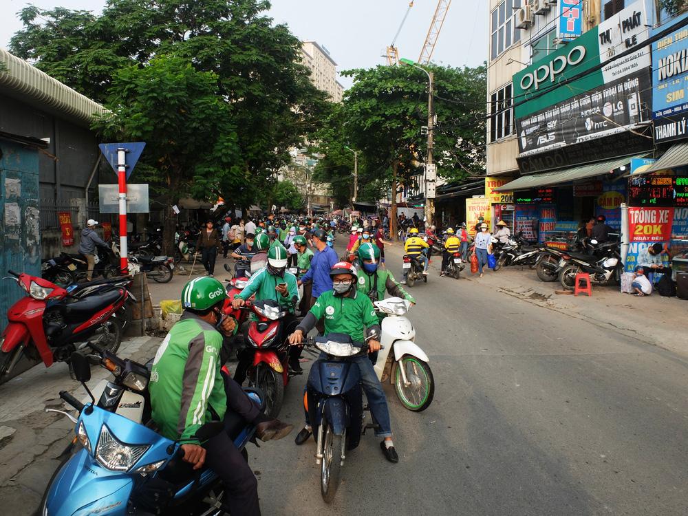 Người dân ùn ùn đổ về sau nghỉ lễ: Hà Nội tạm biệt đường thông, hè thoáng - Ảnh 9.