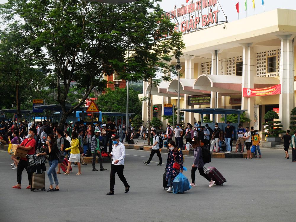 Người dân ùn ùn đổ về sau nghỉ lễ: Hà Nội tạm biệt đường thông, hè thoáng - Ảnh 5.