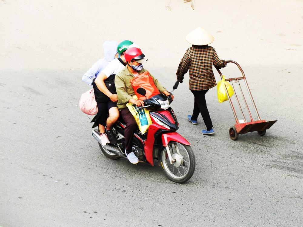 Người dân ùn ùn đổ về sau nghỉ lễ: Hà Nội tạm biệt đường thông, hè thoáng - Ảnh 8.