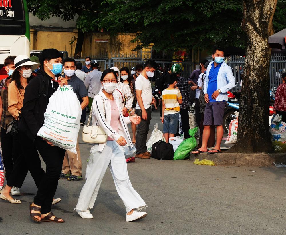 Người dân ùn ùn đổ về sau nghỉ lễ: Hà Nội tạm biệt đường thông, hè thoáng - Ảnh 7.