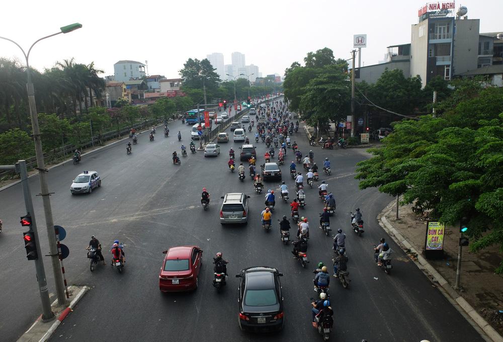 Người dân ùn ùn đổ về sau nghỉ lễ: Hà Nội tạm biệt đường thông, hè thoáng - Ảnh 1.