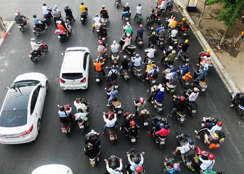 Người dân ùn ùn đổ về sau nghỉ lễ: Hà Nội tạm biệt đường thông, hè thoáng - Ảnh 2.