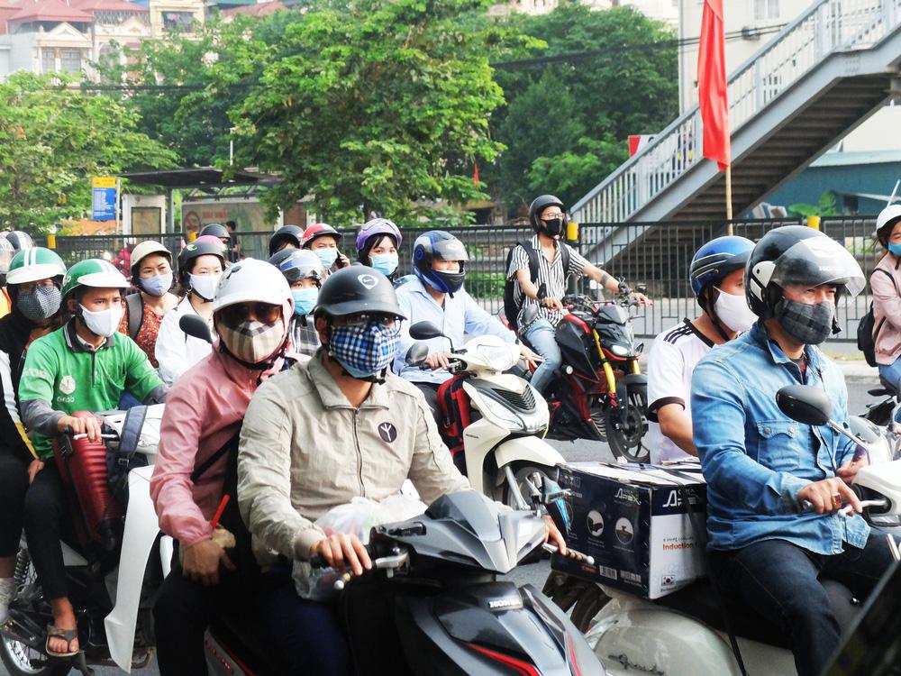 Người dân ùn ùn đổ về sau nghỉ lễ: Hà Nội tạm biệt đường thông, hè thoáng - Ảnh 3.