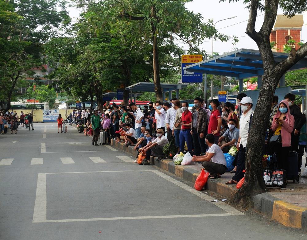 Người dân ùn ùn đổ về sau nghỉ lễ: Hà Nội tạm biệt đường thông, hè thoáng - Ảnh 10.
